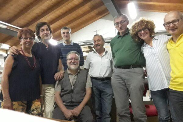 Nella foto, padre Gigi Maccalli nella sede del Gruppo per il Ciad, appena prima di ripartire per il Niger, dove venne rapito il 17 settembre 2018. Il presidente Massimo Forti, ultimo a destra, con alcuni soci.