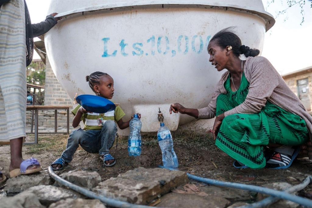 Una giovane madre e la figlia sfollate dall'area occidentale del Tigrai a Macallè - Ansa